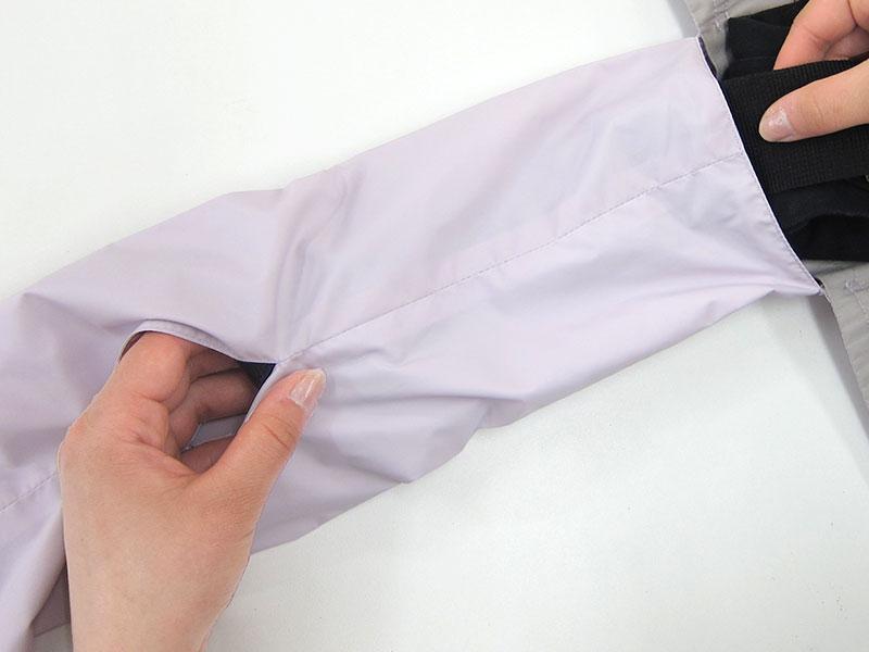 筒状のカバーに抱っこ紐のウエストベルトを通す時、カバーのスリットから手を入れると、簡単に通すことができます。