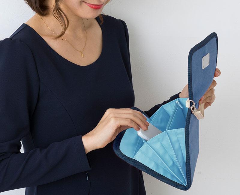 ブルー母子手帳ケース 使用中のモデルイメージ