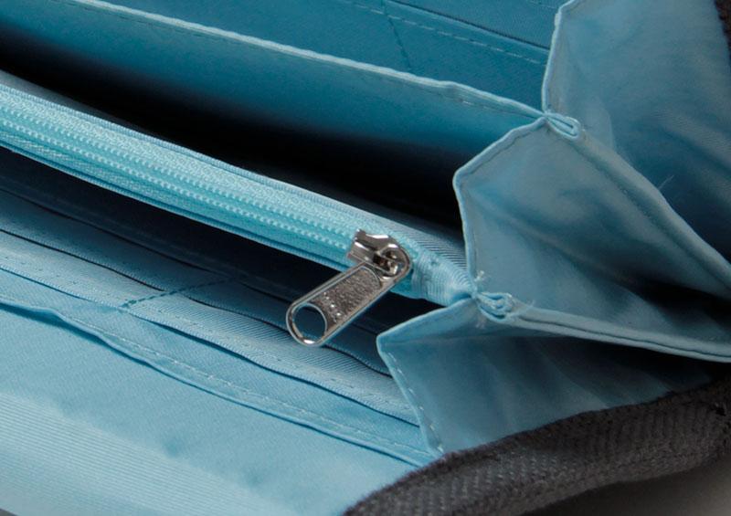 ファスナー付きポケットで小物もしっかり保管できます。