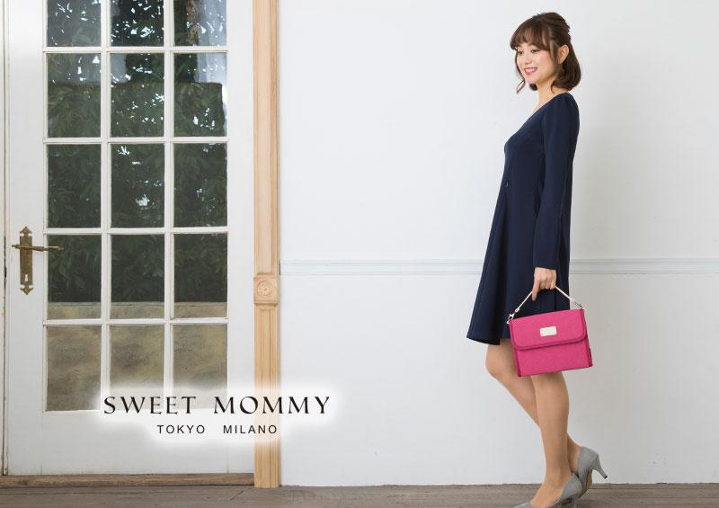 モデル画像全身、ピンクの母子手帳を持ったイメージ