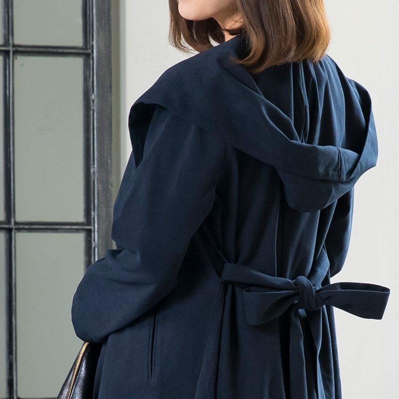 ロングコートのリボンを後ろで絞って、メリハリあるスタイルもOK