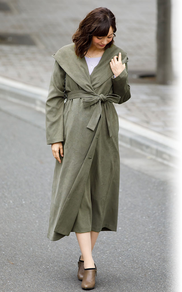 小顔効果抜群 ロングコートフード付き  ガウンコート風の着用イメージ