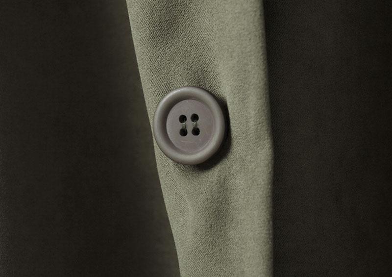大きめのトレンチ風のボタン。