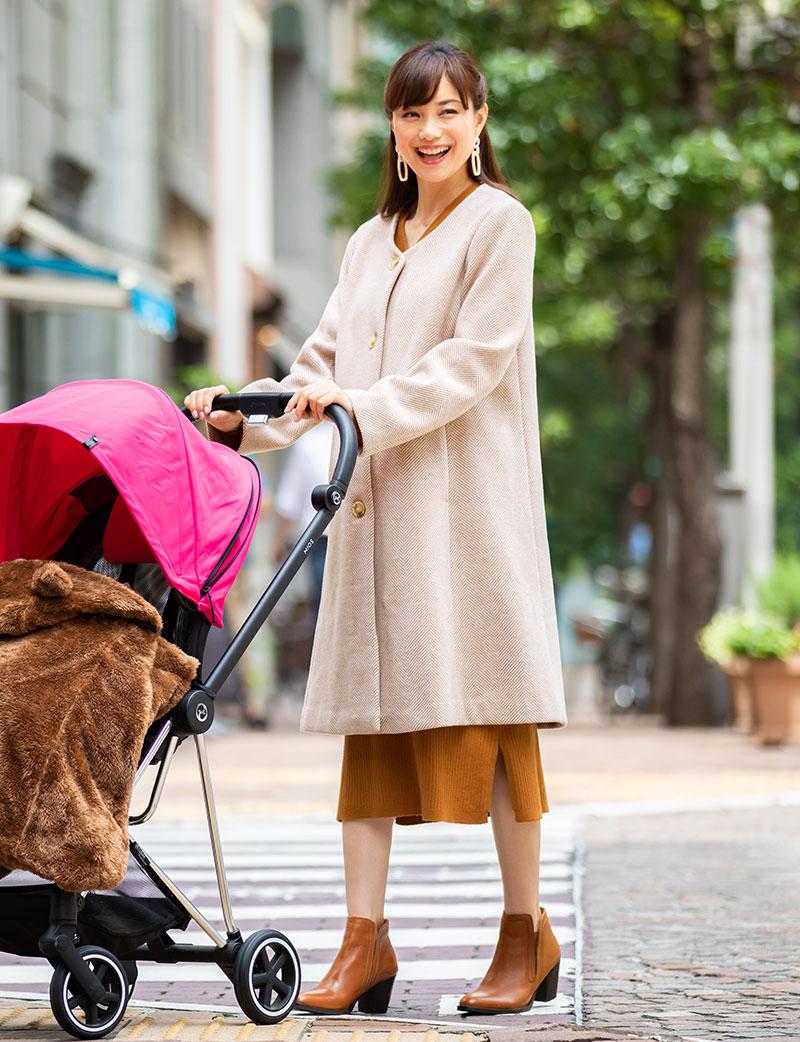 ノーカラーコート着用イメージ 赤ちゃんとお出かけ