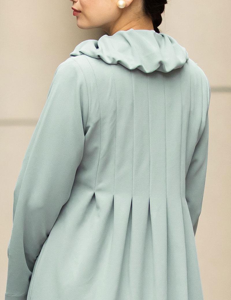 襟にはギャザーたっぷり、上品なデザイン