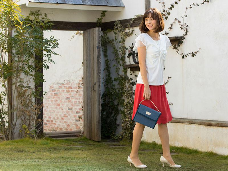 スカーレット色のスカート着用イメージ