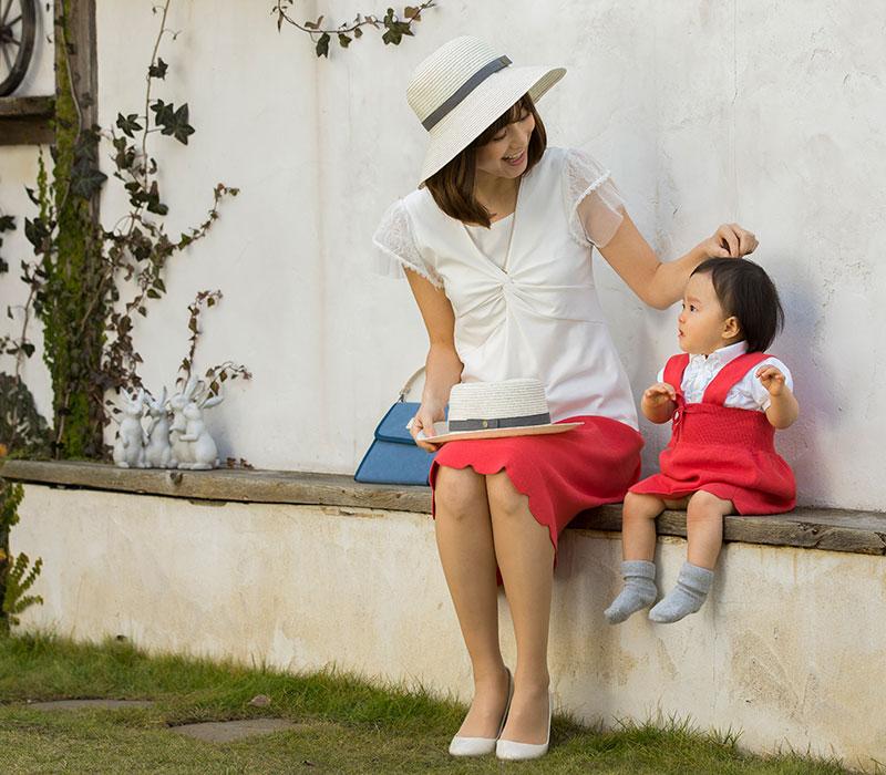 スカーレットのスカートお揃いコーディネート お庭で座った親子