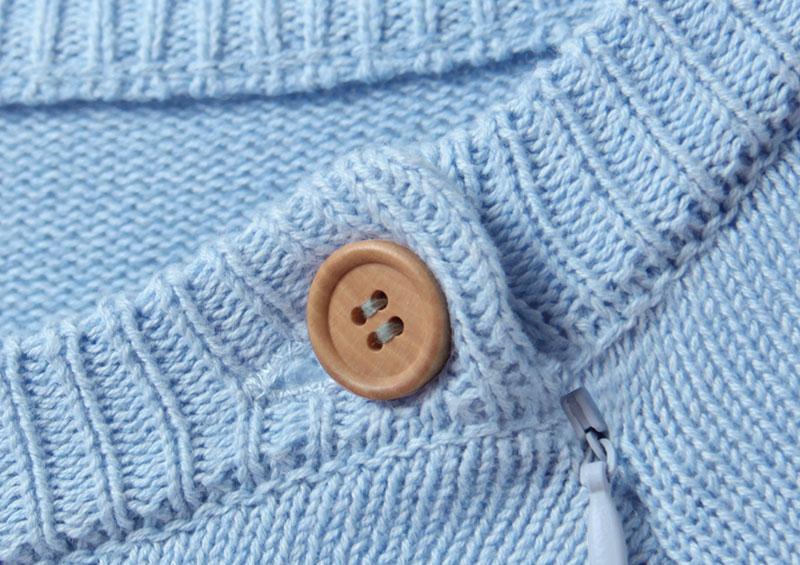 胸元にさりげなくウッドボタンのアクセント