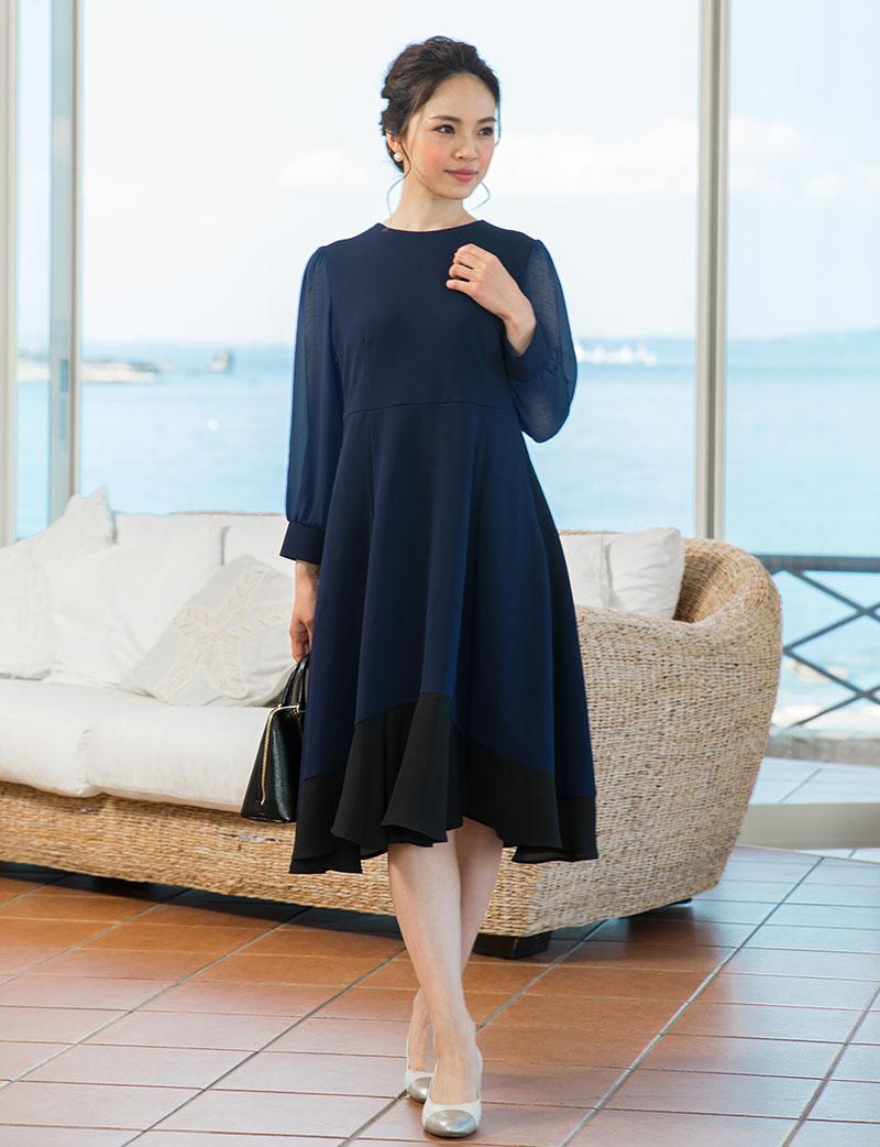 産後もすっきり着られる、大人可愛いシンプルデザイン 授乳ワンピース ネイビー着用