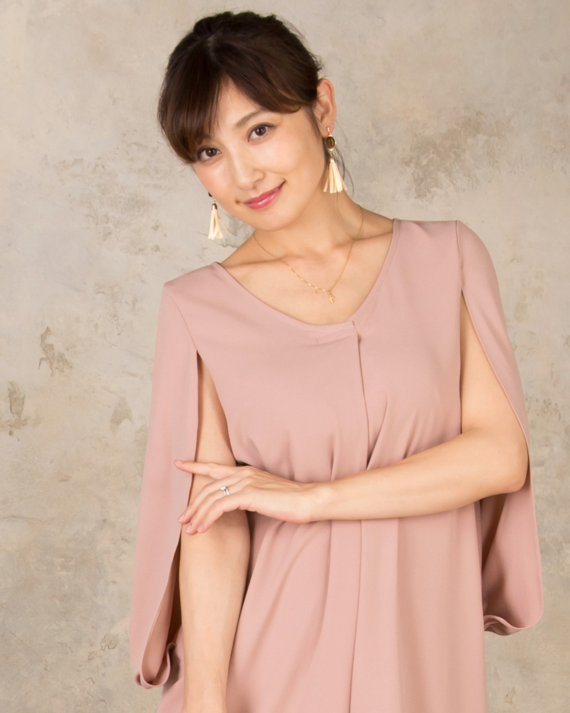 さらっとケープを羽織ったデザインが女性らしい優しい印象に