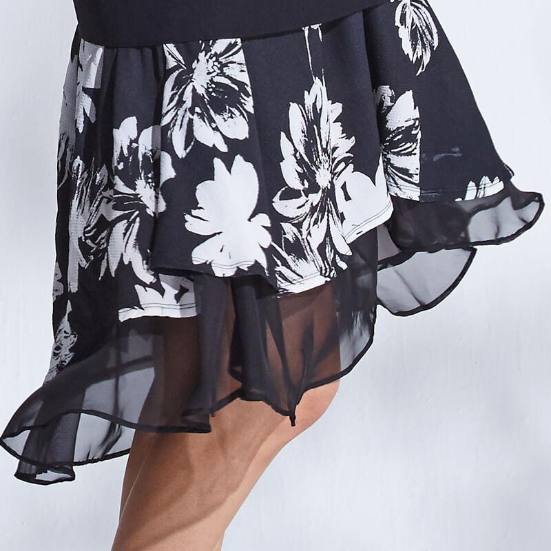 軽やかなデザインスカート