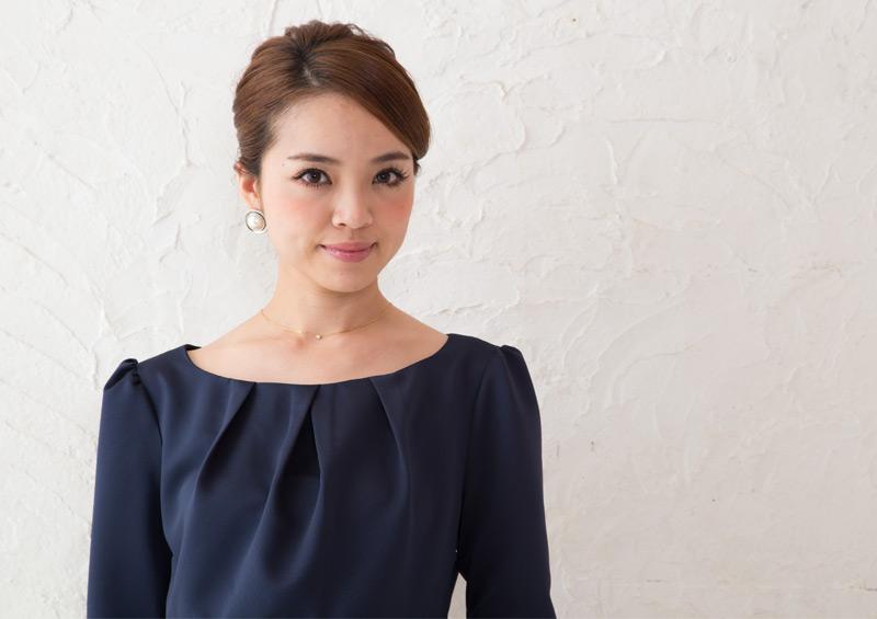 美しいデコルテラインを叶えるマタニティドレス
