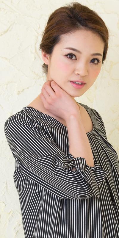 ピンストライプ授乳服のモデル袖のアップ