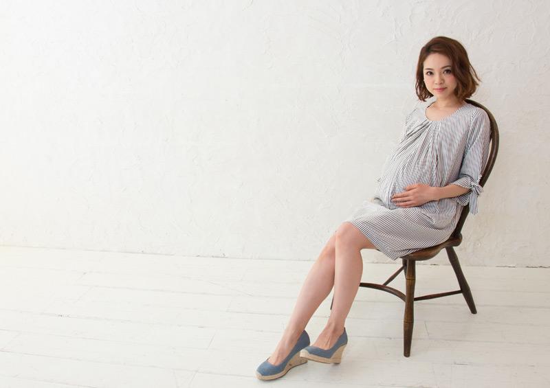 ピンストライプ授乳服の着席画像