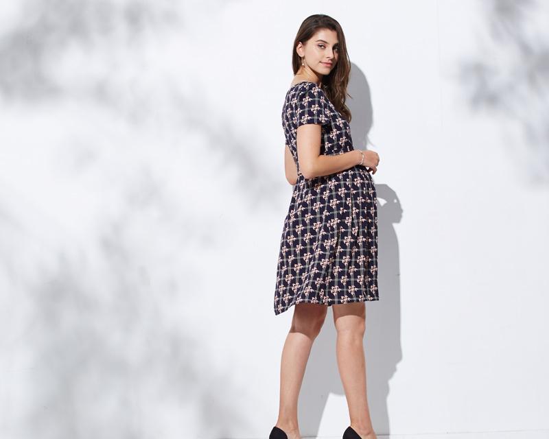 バックスタイルもきれいな授乳服ドレス