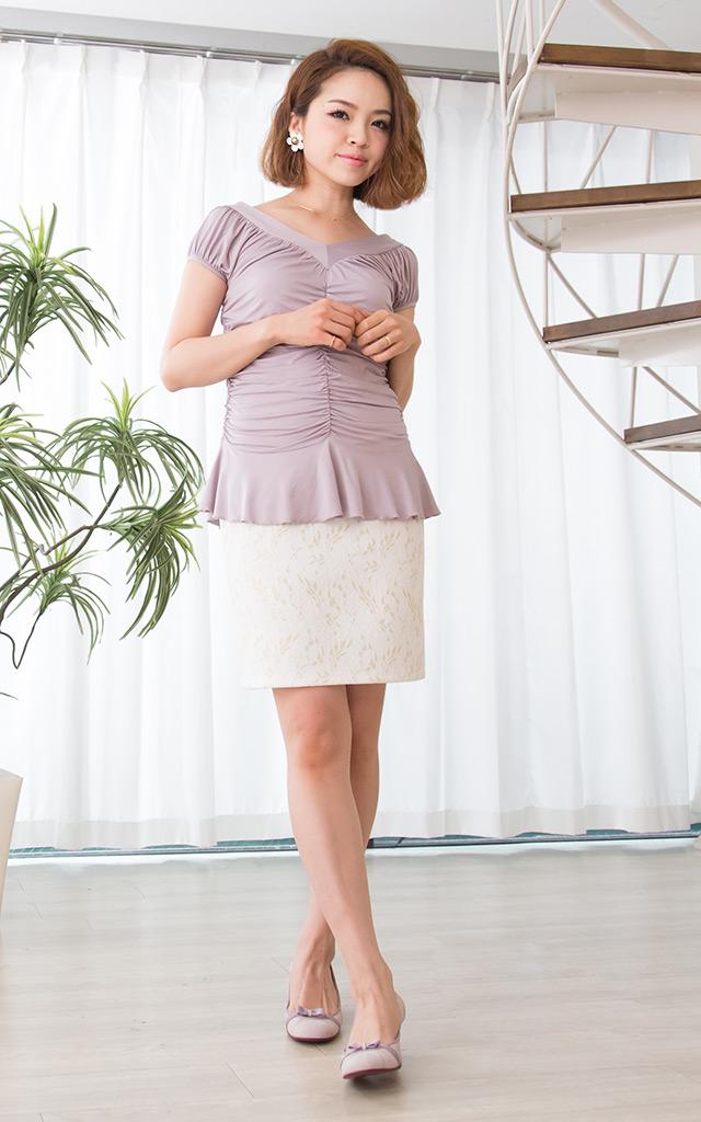ギャザーが女性らしい雰囲気の授乳服トップス