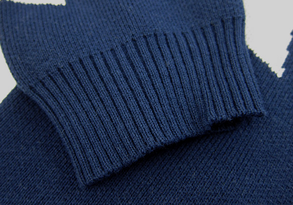 袖口、裾はリブの編み仕上げ