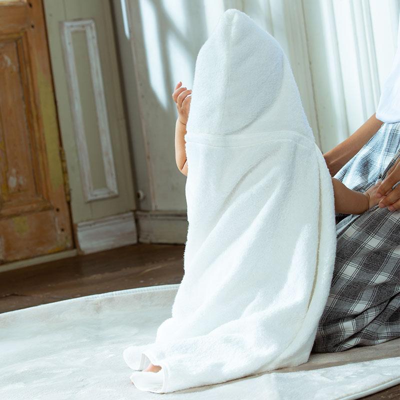 沐浴後の赤ちゃんをふんわりと優しく包む