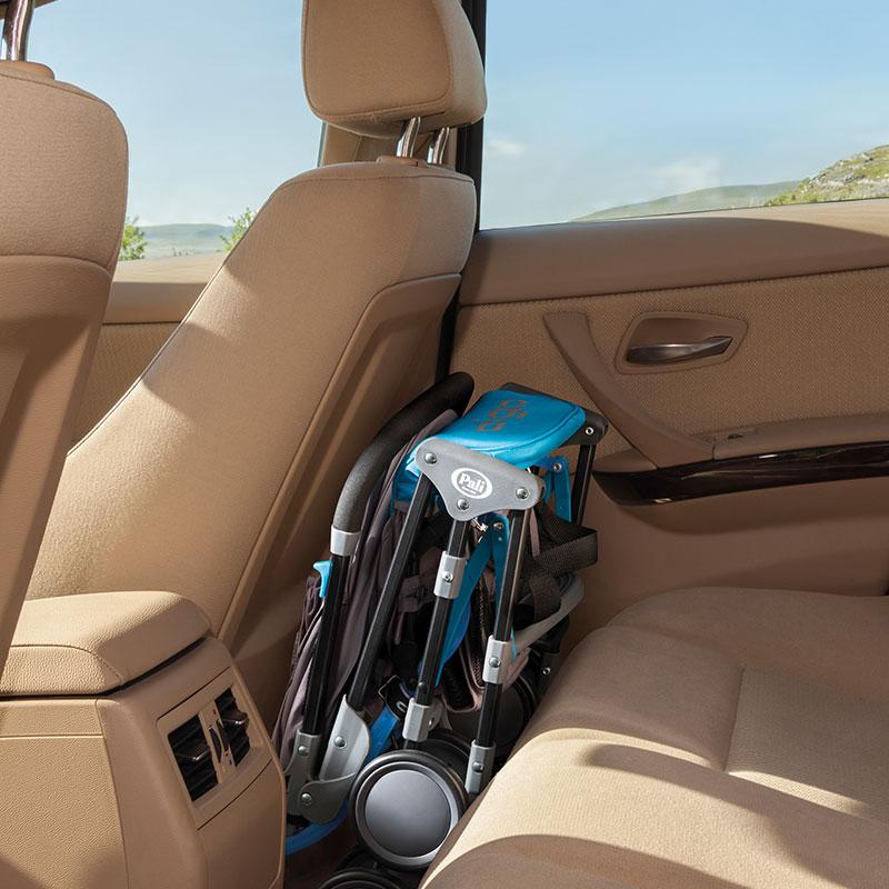 小さく畳める超軽量コンパクトベビーカー  アイゴは車でのお出かけは荷台やシートの足元へ