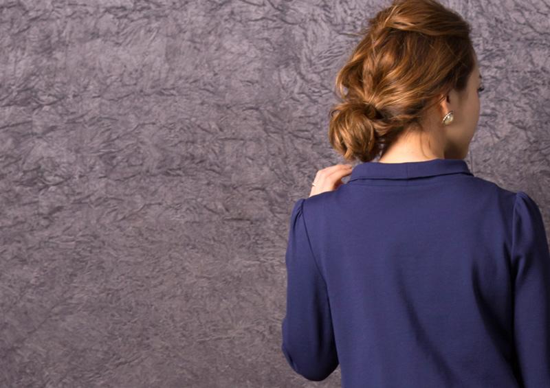ロールネックの襟元がアクセントの授乳服