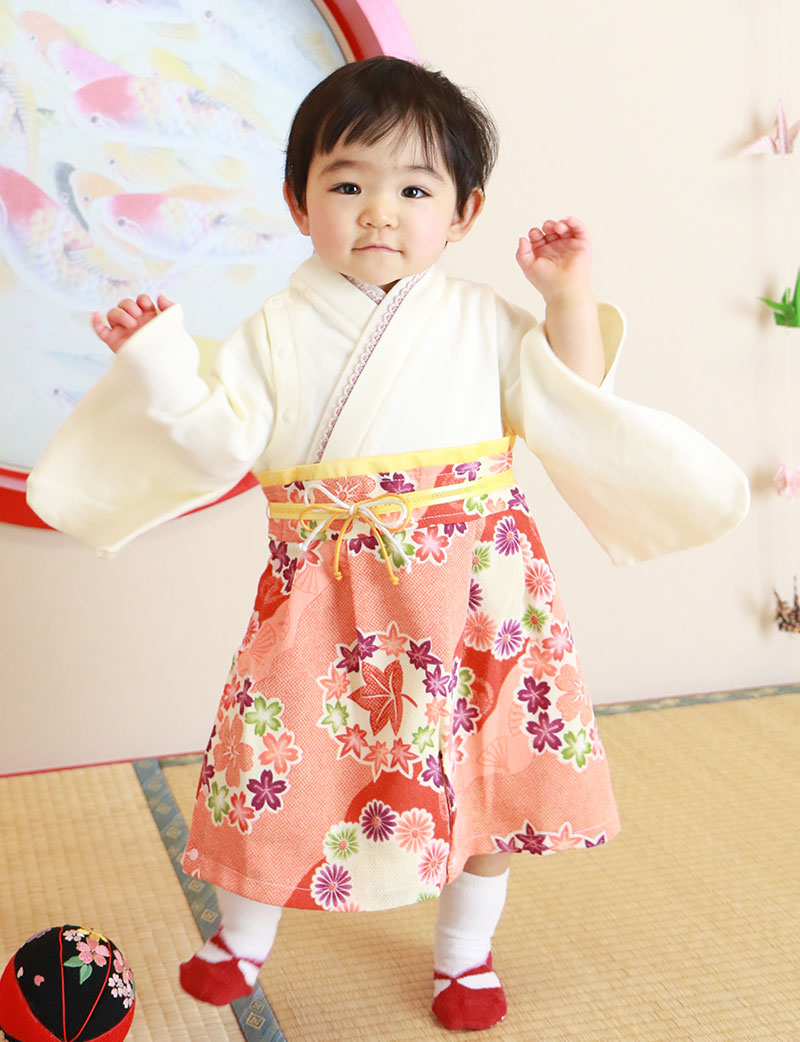 桜柄の袴ロンパース 女の子着用イメージ お座りスタイル