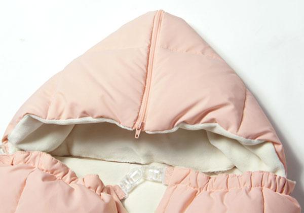 フードは取り外し可能。ファスナーで開けると、枕のように使用できます