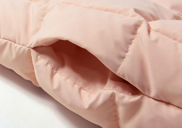 大きく改良されたバッグの両サイドにはハンドウォーマーがついて、手を入れると暖か。