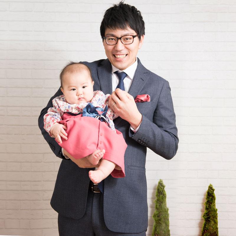 パパと晴れ着姿の赤ちゃん 初節句