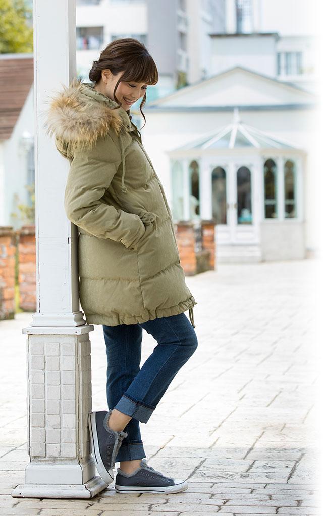 ペールカラーが可愛いママコート。冬の暗めのコーデを明るく彩ります。