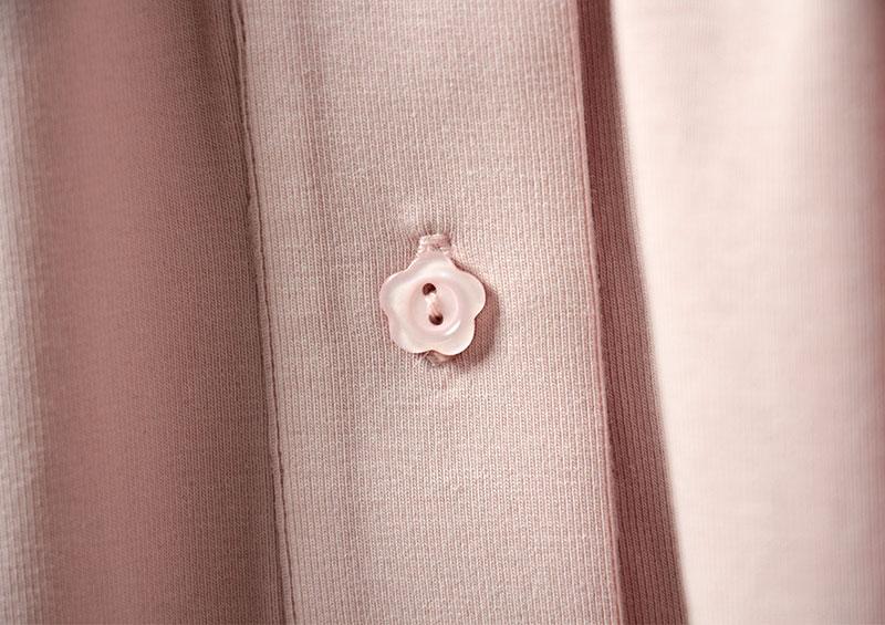 ボタンがさりげなく花の形になっていて可愛いです。