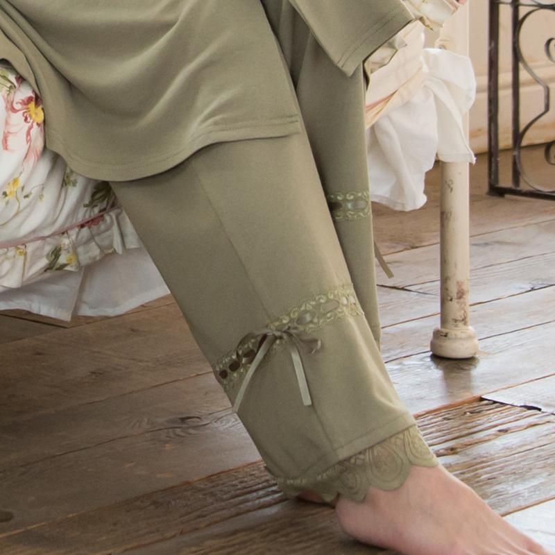 足元のステッチ風サテンリボンが一味違う上品なデザインで人気