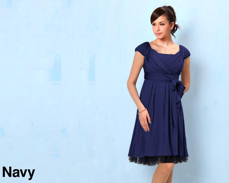 裾からちらみえするレースが女性らしい優しい印象の授乳服ドレス
