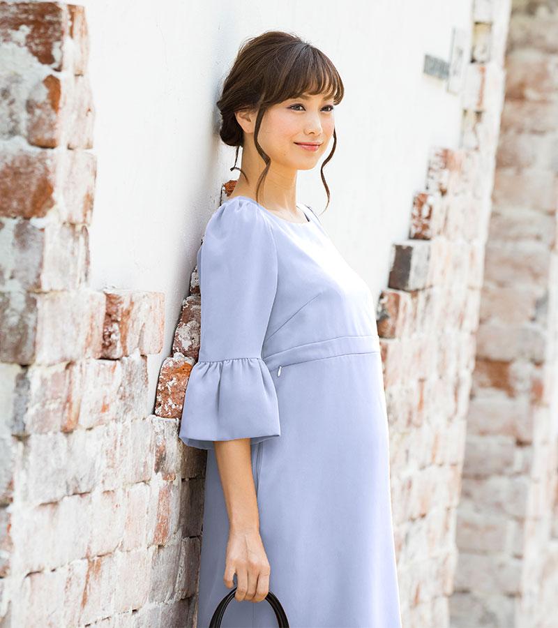 立ち姿が美しい ライトブルー着用のマタニティフォーマルウェア