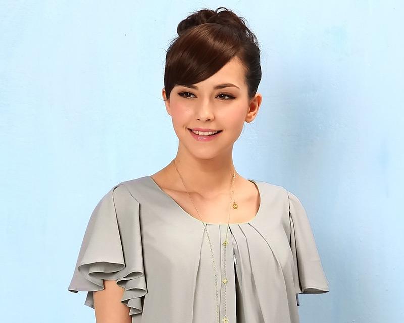 上品な袖のフリルが着やせ効果と女性らしい美しさを演出します