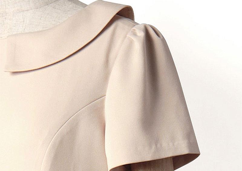 ギャザーでほんのりパフに仕上げたコンパクトな半袖なので、重ね着や着回しにも便利です。