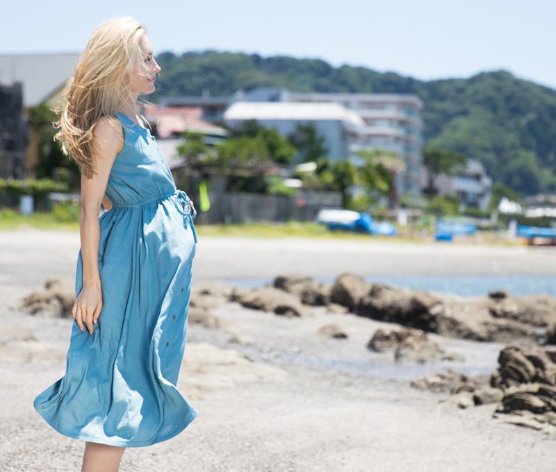 ハーフリネンワンピース 風になびく海辺でのシーン