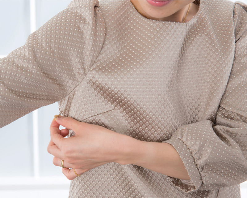両脇の長いファスナーで授乳にも対応