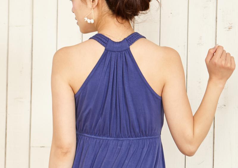 編み込みが首元を彩り、夏らしい雰囲気の授乳服マキシワンピ