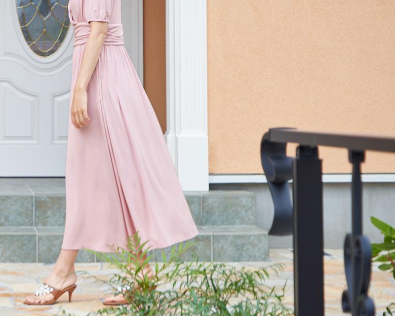 風にふわりとふくらむスカートが女性らしい印象に