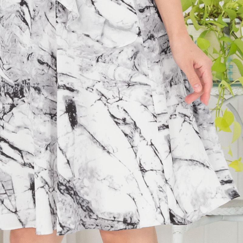裾にかけて広がるフレアスカート