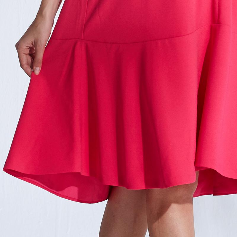 Aラインに流れる裾フレアが30代ママでも着られるシンプルかわいいデザイン