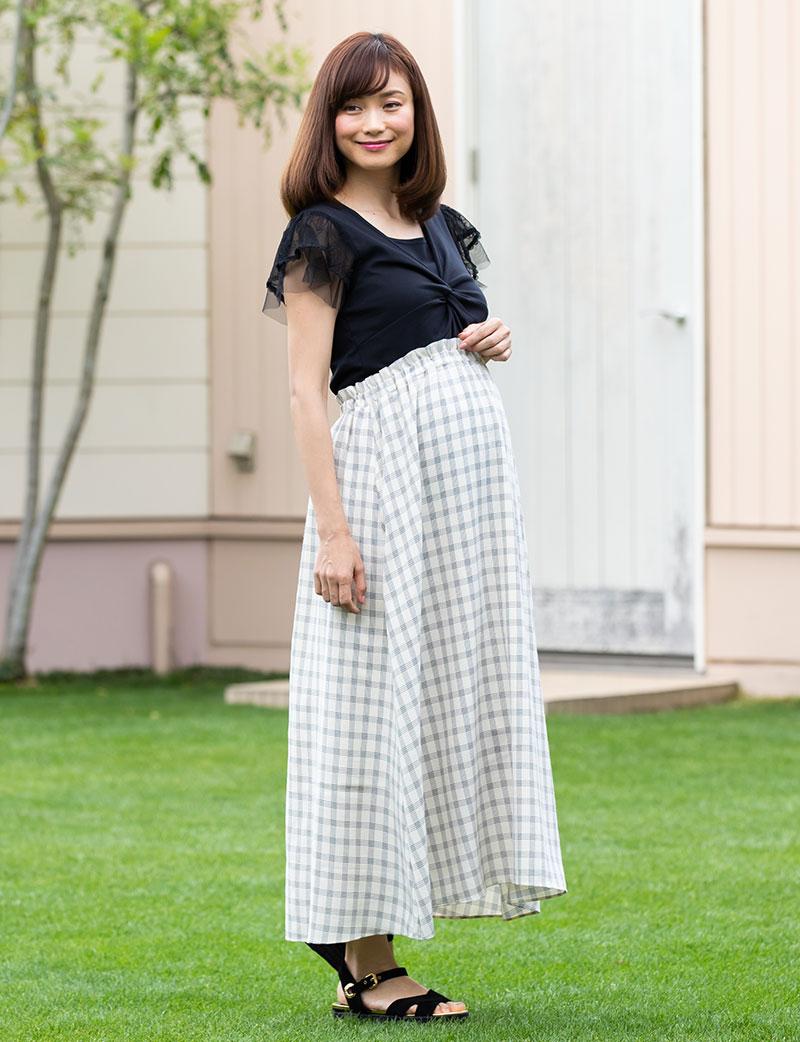 マタニティモデル ホワイトスカート着用 チェック柄コーデ