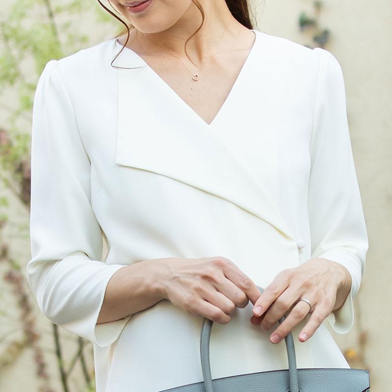 襟のデザインですっきり綺麗なデコルテライン
