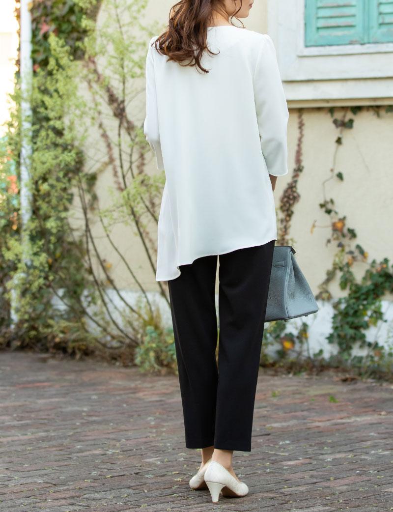 おしゃれな左右非対称のデザインでさっときて綺麗な授乳服ブラウス