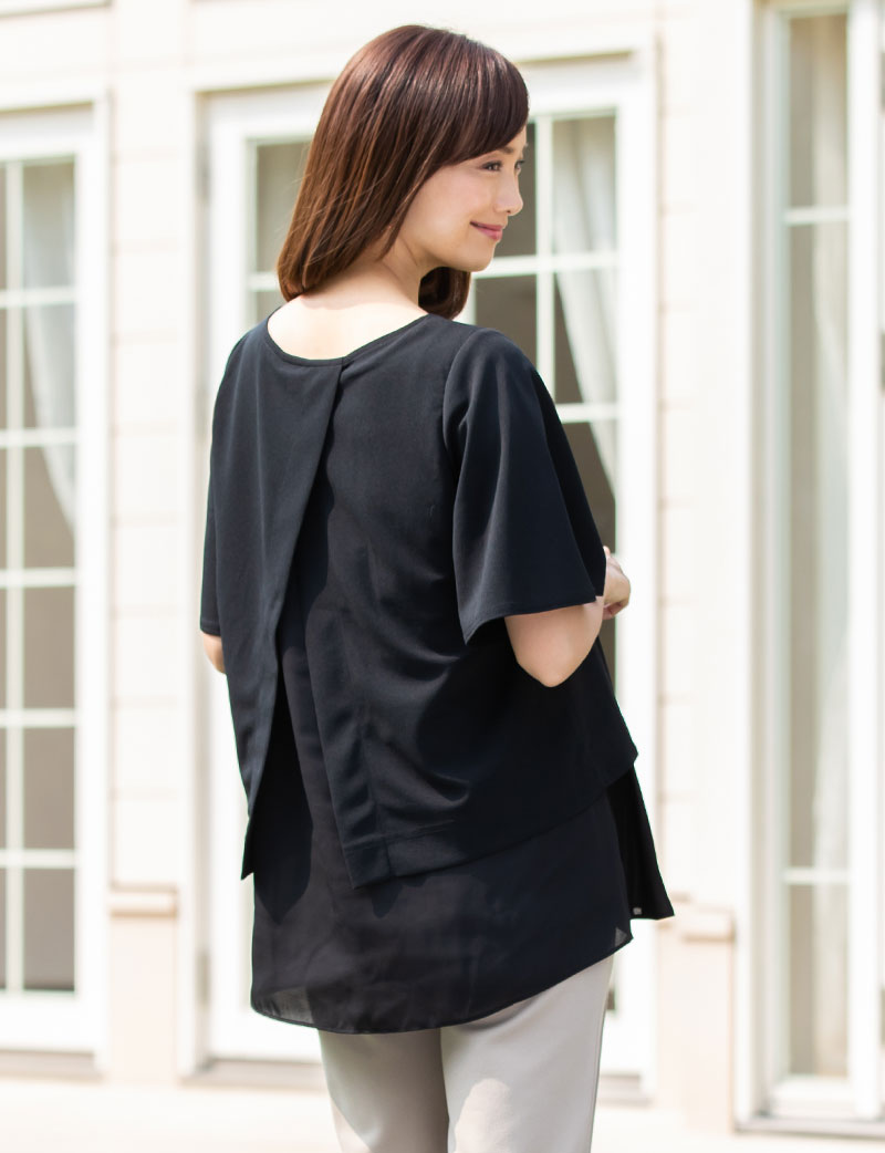 すっきり見せるフレアスリーブ ブラック×ブラックの着用イメージ