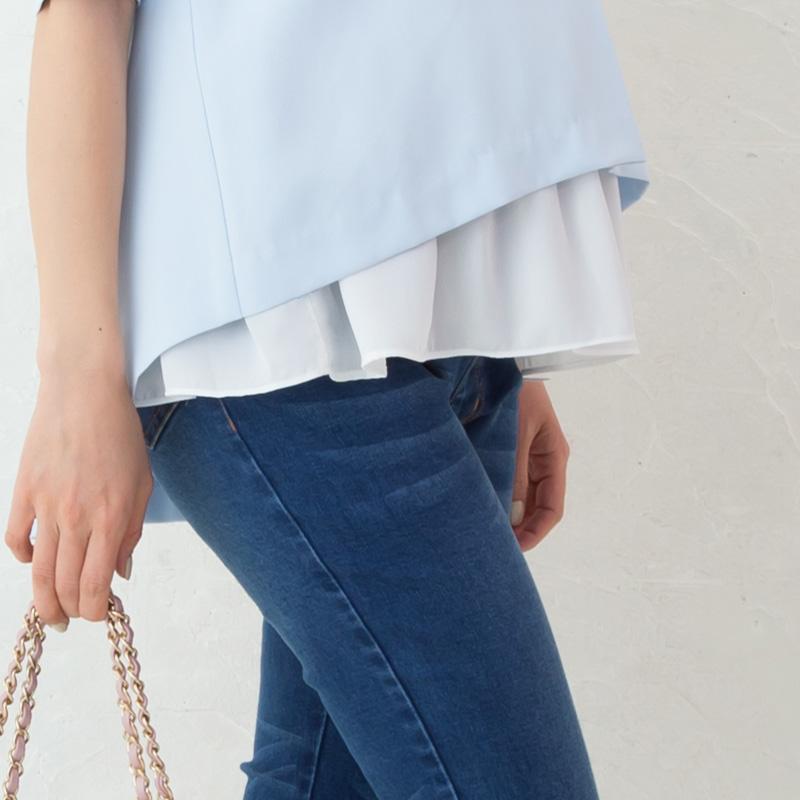 授乳トップスブルー着用前後差のあるヘムラインのアップイメージ レイヤードコーデの例
