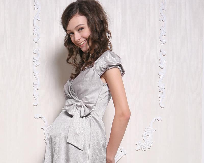 グレー授乳服ドレスの着用イメージ