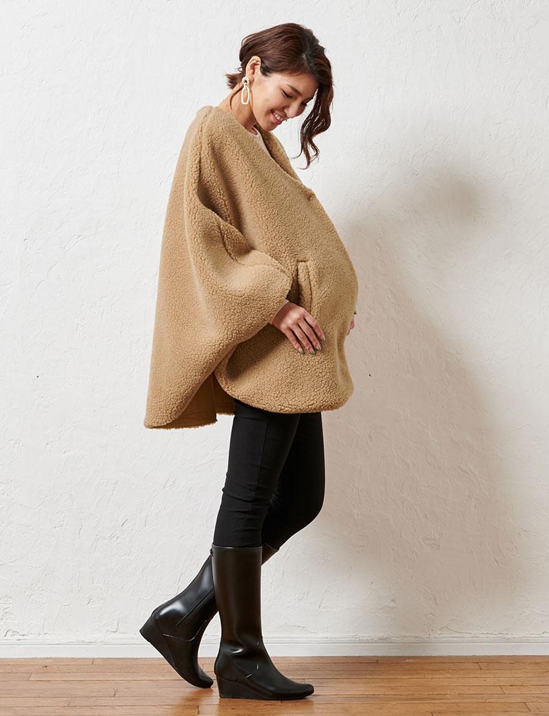 軽量で暖かママポンチョキャメル着用