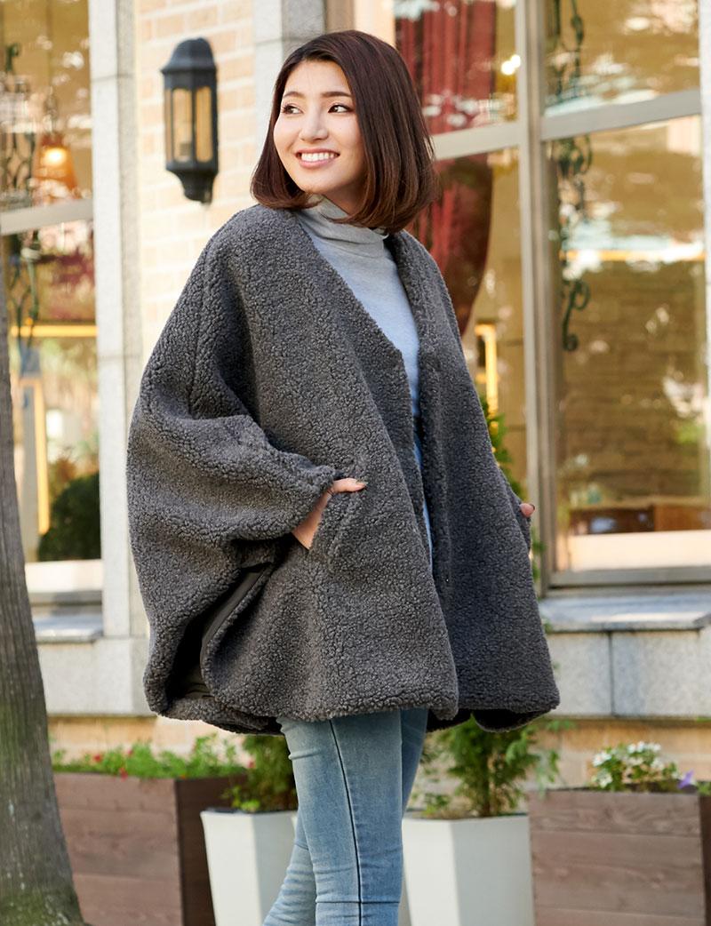 軽量で暖かママポンチョ杢チャコール着用